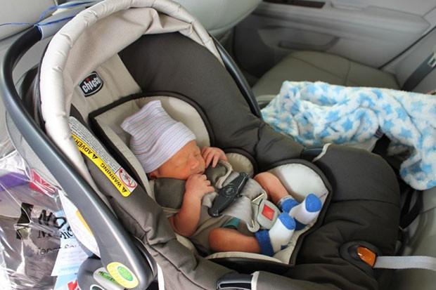 Как сажать ребенка в автокресло вперед 137