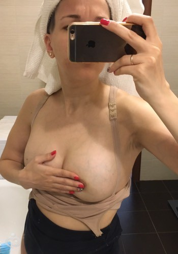 Фото видно грудь